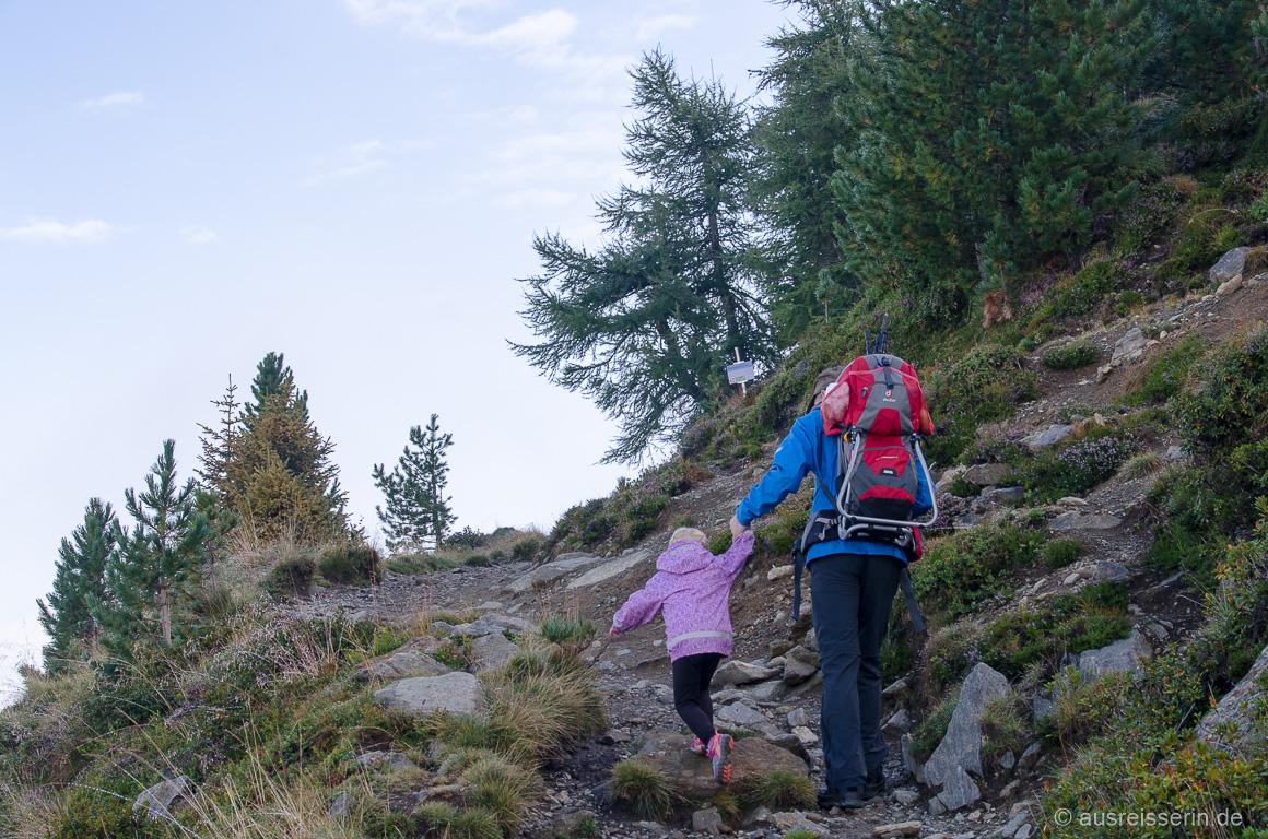 Für kleine Beine sind solche Bergaufstücke anstrengend, aber an Papas Hand läuft es.