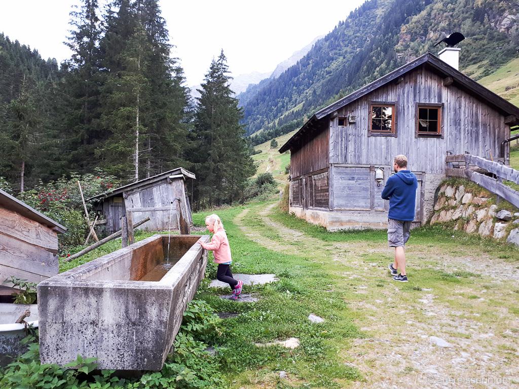 Abendspaziergang: Holzhaus nahe der Voldertalhütte