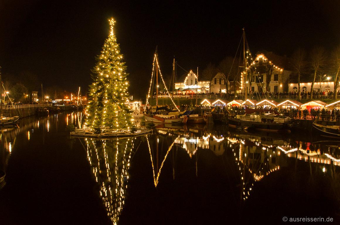 Schwimmender Weihnachtsbaum in Carolinensiel