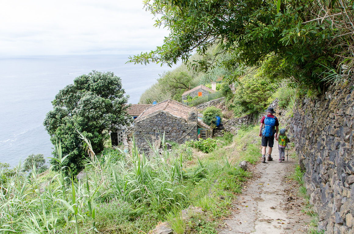 Erste Häuser von Rocha da Relva