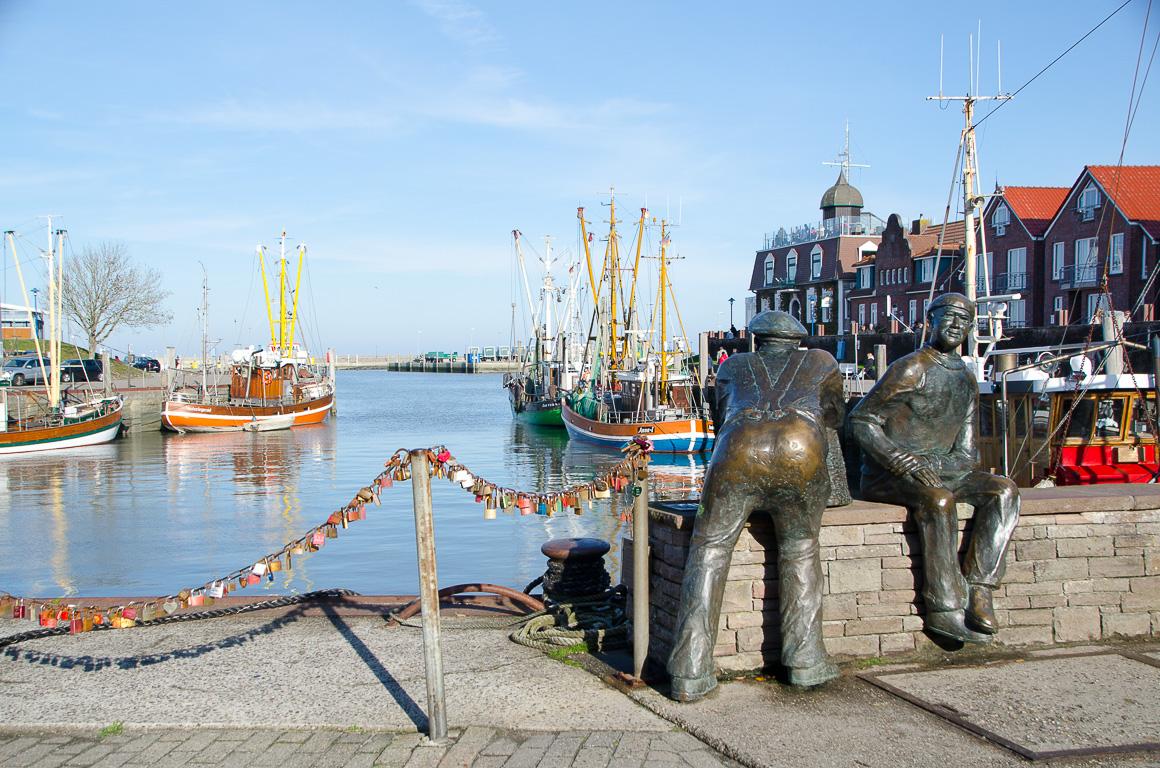 Fischerstatuen im Neuharlingersieler Hafen
