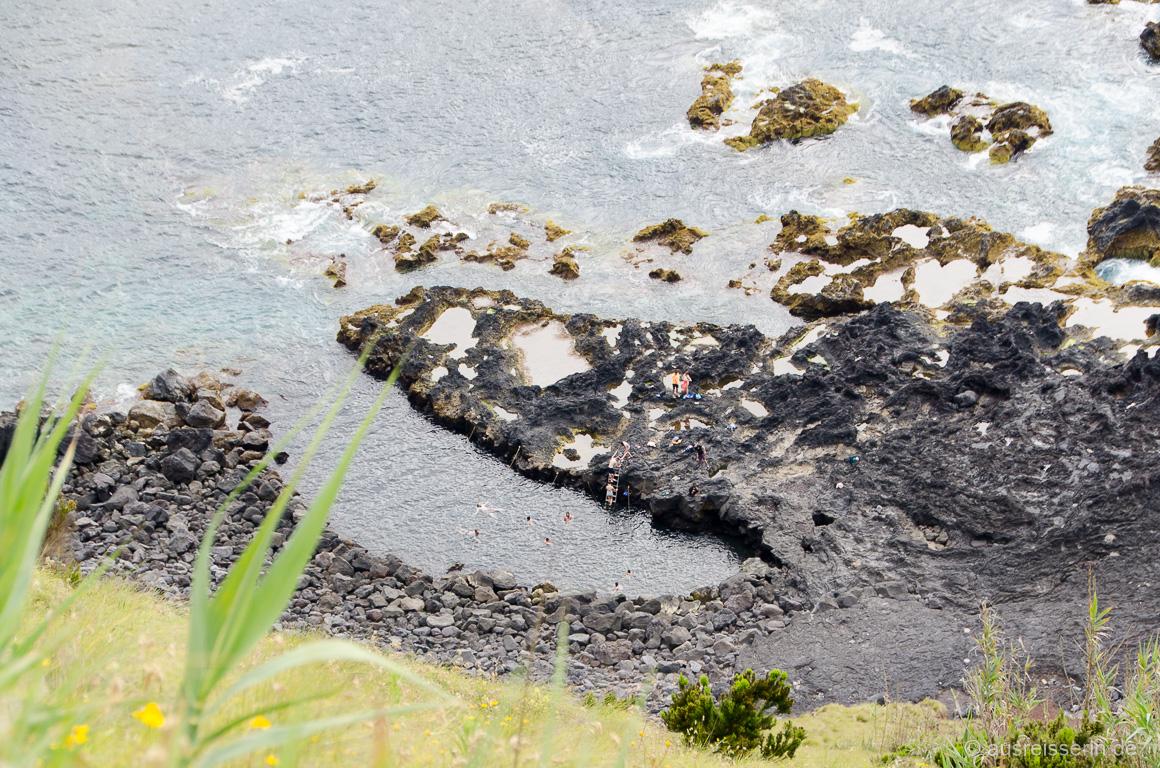 Blick hinunter zum Naturschwimmbecken Ponta Da Ferraria