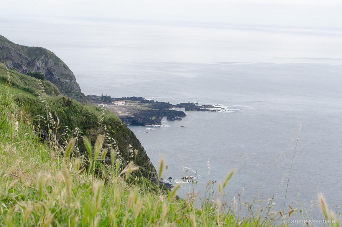 Blick vom Aussichtspunkt Ponta do Escalvado auf Ponta Da Ferraria
