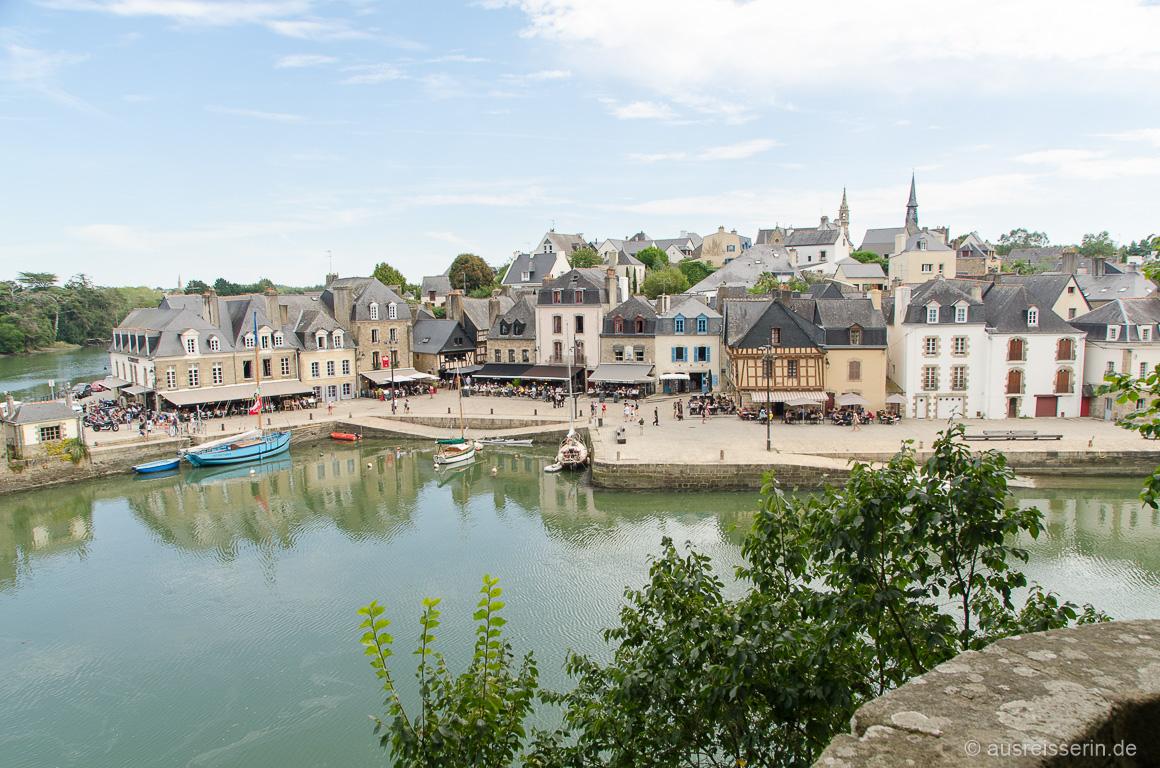 Blick auf den hübschen Hafen von Auray