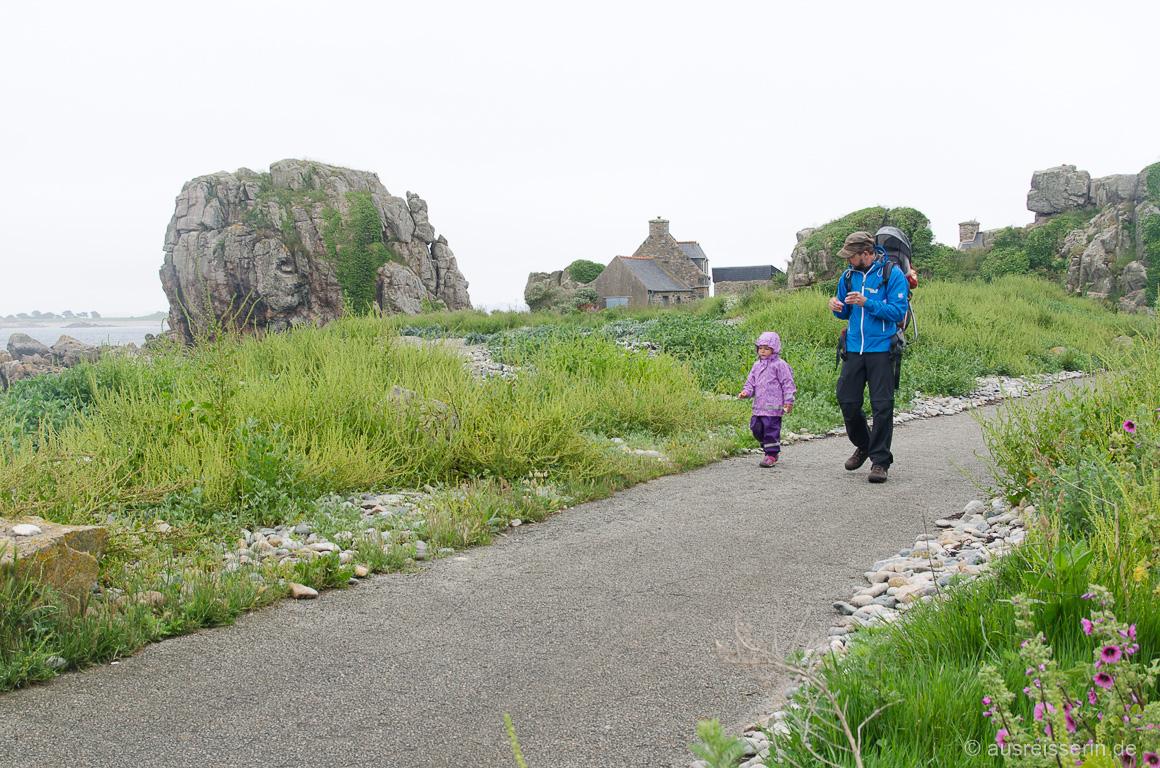 Wandern zwischen Wiesen und Steinstrand