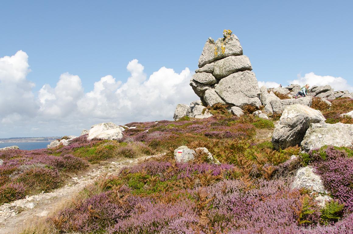 Felsen in Heidelandschaft auf der Crozon-Halbinsel
