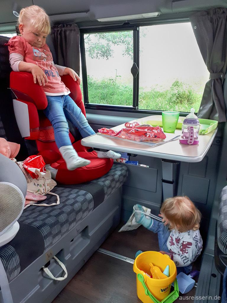 Gelangweilte Kinder im Campervan