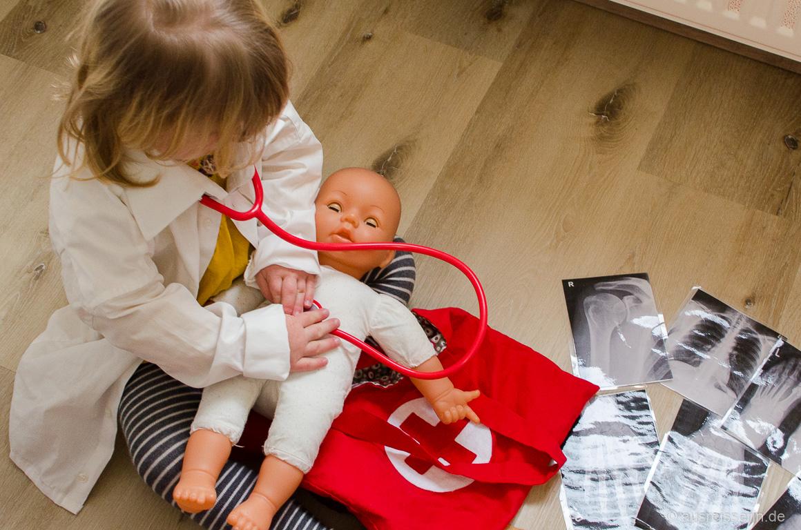 Leni als Ärztin im Einsatz
