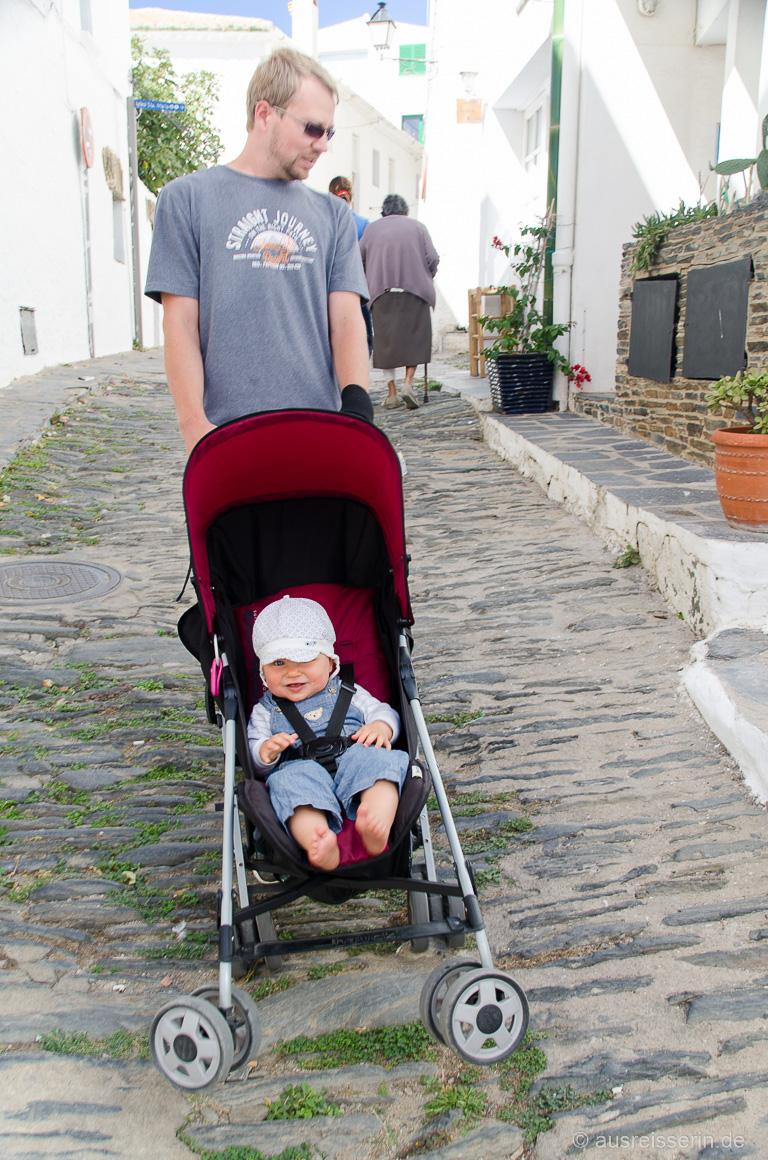 Baby im Buggy auf Kopfsteinpflaster